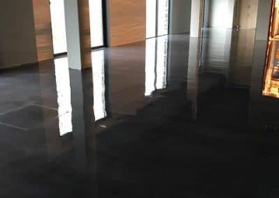Beton look vloer afwerken Met twee componenten coating