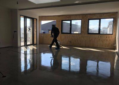 Eindresultaat van een betonvloer die glimt als een spiegel (polijsten & impregneren ) Goes