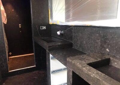Badkamer geheel in Belgisch hardsteen Scharendijke
