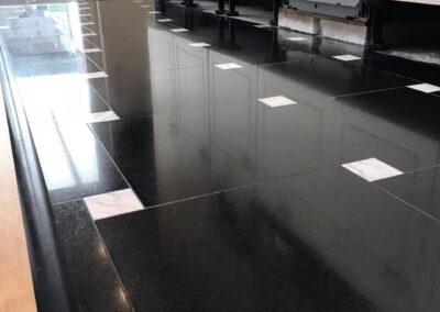 Schadeherstel graniet vloertje krassen eruit geschuurd en opnieuw gepolijs Oostburg
