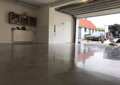 Garagevloer in Hoedekenskerke om getoverd naar een luxe & onderhouds vriendelijke betonvloer