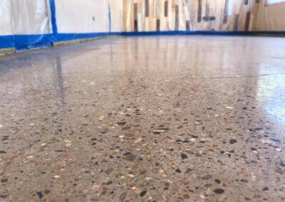 Betonvloer opgeknapt (vlak geschuurd & gepolijst)