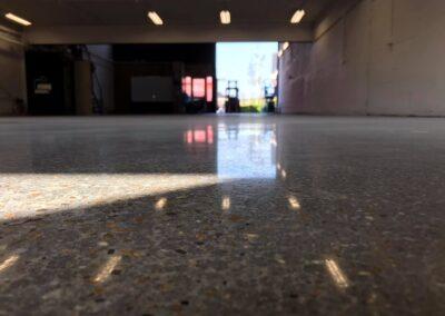 Bestaande coating van de vloer afgeschuurd en de betonvloer gepolijst in Naaldwijk